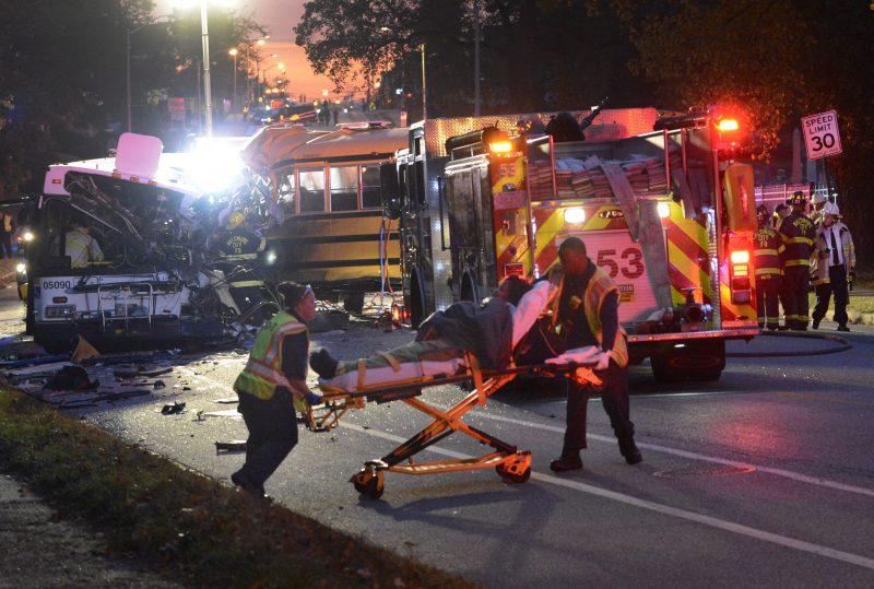 Baltimore, 2016. november 1. Mentõsök sebesültet visznek kórházba tûzoltók közelében egy közúti baleset helyszínén, a Maryland állambeli Baltimore-ban 2016. november 1-jén, miután hajnalban egy menetrendszerû buszjárat és egy iskolabusz frontálisan ütközött. A szerencsétlenségben hatan életüket vesztették, öt sérültet kórházban ápolnak, az egyikük állapota válságos. (MTI/AP/Baltimore Sun/Jeffrey F. Bill)