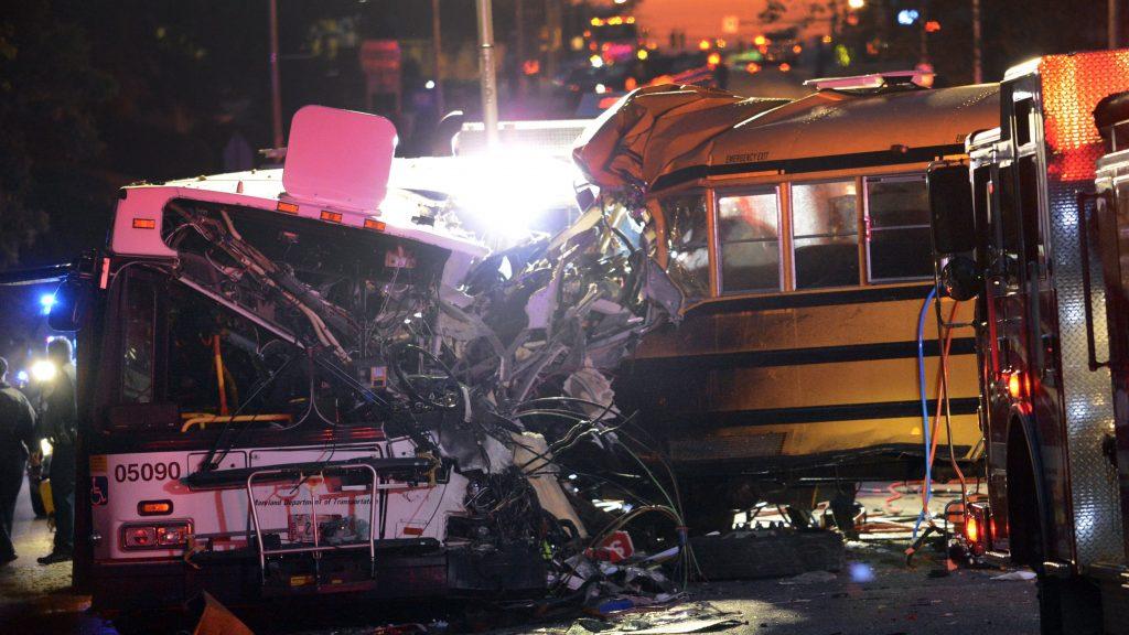 Baltimore, 2016. november 1. Frontálisan ütközött egy menetrendszerû buszjárat és egy iskolabusz a Maryland állambeli Baltimore-ban 2016. november 1-jén hajnalban. A szerencsétlenségben hatan életüket vesztették, öt sérültet kórházban ápolnak, az egyikük állapota válságos. (MTI/AP/Baltimore Sun/Jeffrey F. Bill)