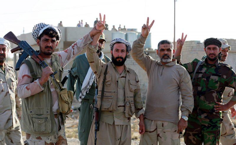 Zarka, 2016. november 1. Iraki síita fegyveresek a gyõzelem jelét mutatják az ostromgyûzûbe zárt észak-iraki Moszultól mintegy 20 kilométerre, nyugatra fekvõ és a napokban felszabadított Zarkában 2016. október 31-én. Az iraki kormányhadsereg és a vele szövetséges kurd erõk, továbbá szunnita törzsek és az Irán támogatta síita milíciák október 17-én kezdtek nagyszabású hadmûveletet Moszul és környéke visszafoglalására az Iszlám Állam dzsihadista szervezet fegyvereseitõl. (MTI/EPA/Ahmed Dzsalil)