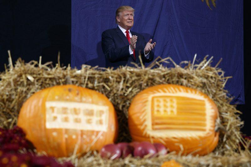 Grand Rapids, 2016. november 1. Donald Trump republikánus párti elnökjelölt faragott tökök mögött egy kampányrendezvényen a Michigan állambeli Grand Rapidsban halloween napján, 2016. október 31-én. Az Egyesült Államokban november 8-án tartanak elnökválasztást. (MTI/AP/Evan Vucci)