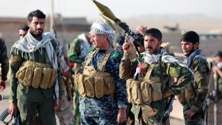 Zarka, 2016. november 1. Iraki síita fegyveresek az ostromgyûzûbe zárt észak-iraki Moszultól mintegy 20 kilométerre, nyugatra fekvõ és a napokban felszabadított Zarkában 2016. október 31-én. Az iraki kormányhadsereg és a vele szövetséges kurd erõk, továbbá szunnita törzsek és az Irán támogatta síita milíciák október 17-én kezdtek nagyszabású hadmûveletet Moszul és környéke visszafoglalására az Iszlám Állam dzsihadista szervezet fegyvereseitõl. (MTI/EPA/Ahmed Dzsalil)