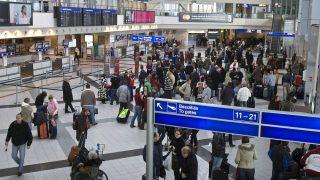 Budapest, 2010. január 30. Utasok várakoznak az intenzív havazás miatt bezárt Ferihegyi repülõtér 2B termináljában. Rendkívüli mennyiségû, helyenként akár húsz centiméternél is több friss hó várható az ország középsõ részén éjfélig; az Országos Meteorológiai Szolgálat a legmagasabb fokozatú, piros riasztást adott ki erre a területre. A Ferihegyi repülõtér több órára bezárt; Budapestrõl egyelõre nem tudnak felszállni a gépek a havazás miatt, az érkezõ repülõgépek vagy el sem indultak vagy a környezõ repülõtereken szállnak le. A BKV-nál 15-20 perces késéseket okoz az intenzív havazás, a MÁV-nál egyelõre nincs fennakadás a közlekedésben. MTI Fotó: Szigetváry Zsolt