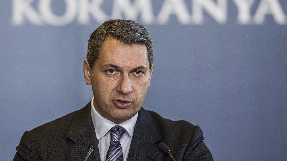 Budapest, 2016. november 3. Lázár János, a Miniszterelnökséget vezetõ miniszter szokásos heti sajtótájékoztatóját tartja az Országházban 2016. november 3-án. MTI Fotó: Szigetváry Zsolt