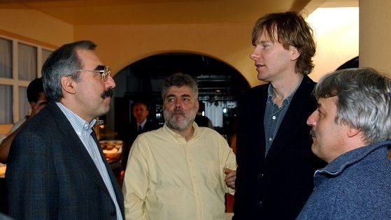 Velence, 2004. február 5. A parlamenti törvényalkotás következõ fél éves feladatait és az európai uniós választási kampány állását, stratégiáját vitatja meg a Szabad Demokraták Szövetségének (SZDSZ) országgyûlési képviselõcsoportja Velencén. Az ülésen szakértõként meghallgatják Bokros Lajos volt pénzügyminisztert a gazdaság helyzetével kapcsolatos kérdésekrõl. A kétnapos tanácskozás elsõ napjára várják Medgyessy Péter miniszterelnököt, a következõ napon pedig Draskovics Tibor kijelölt pénzügyminiszterrel beszélik meg a gazdasággal kapcsolatos elképzeléseit.  A képen balról: Bokros Lajos, Horn Gábor, Fodor Gábor és Kovács Kálmán informatikai és hírközlési miniszter. MTI Fotó: Soós Lajos