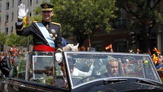 Madrid, 2014. június 19. VI. Fülöp új spanyol király integet egy nyitott jármûben állva, miután letette esküjét a madridi parlamentben 2014. június 19-én. A 76 éves I. János Károly volt spanyol király elõzõ nap írta alá a trónról való lemondását lehetõvé tevõ törvényt. (MTI/EPA/Sergio Barrenechea)