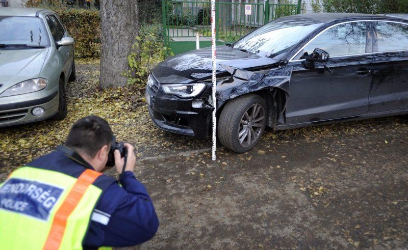 Budapest, 2016. november 7. Rendõr helyszínel egy összetört személyautó mellett a XIV. kerületi Nagy Lajos király útján 2016. november 7-én, miután az autó eddig tisztázatlan körülmények halálra gázolt egy idõs férfit a Füredi utcában. MTI Fotó: Mihádák Zoltán