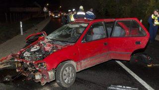 Ravazd, 2016. október 30. Összetört személyautó a 82-es úton Ravazd közelében, ahol a gépjármû egy másik személygépkocsival ütközött össze 2016. október 30-án. A balesetben egy ember meghalt, négyen megsérültek. MTI Fotó: Krizsán Csaba