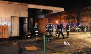 Budapest, 2016. november 24. Tûzoltók dolgoznak egy IX. kerületi, Ifjúmunkás utcai üzlet mögött 2016. november 24-re virradó éjjel, miután a helyszínen egy férfi tüzet okozott, amelynek következtében egy férfi életét vesztette, egy másik könnyû sérülést szenvedett. A tüzet okozó férfit az eseményt követõen hat órán belül elfogták. MTI Fotó: Mihádák Zoltán