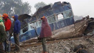 Puhrajan, 2016. november 20. Egy vagon roncsa Puhrajannál 2016. november 21-én, miután az elõzõ nap kisiklott egy személyszállító vonat az észak-indiai Uttar Prades államban fekvõ Kánpur iparváros közelében lévõ falunál. Legalább százhuszonhét ember életét vesztette, mintegy százötven megsérült. (MTI/EPA/Radzsat Gupta)
