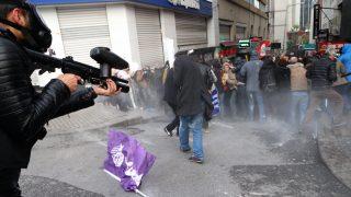Isztambul, 2016. november 5.  A török ellenzéki politikusok letartóztatása miatt tüntetők és rendőrök összecsapása Isztambulban 2016. november 5-én. A török hatóságok két napja vették őrizetbe a kurdokat támogató Népek Demokratikus Pártja (HDP) további kilenc tisztségviselőjét - tartományi és körzeti pártvezetőket a délkeleti Adana tartományból - , miután a HDP két társelnökét előzetes egy nappal korábban letartóztatásba helyezték. Egyebek mellett fegyveres terrorszervezet tagjaként folytatott propagandatevékenységgel vádolják őket. (MTI/EPA/Tolga Bozoglu)