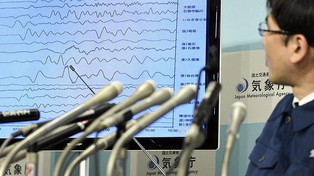 Tokió, 2016. november 22.Nakamura Kodzsi, a Japán Meteorológiai Ügynökség (JMA) földrengés-megfigyelő részlegének munkatársa szökőárhullámok erősségét ábrázoló grafikont mutat a JMA tokiói központjában 2016. november 22-én, miután 7,4-es erősségű földrengés volt Japán északkeleti partvidékén, Fukusima prefektúra partjai előtt. (MTI/EPA/Franck Robichon)