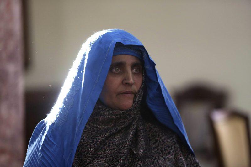 Kabul, 2016. november 9. A National Geographic-címlapfotójával világhírûvé vált afgán Sarbat Gula érkezik a kabuli elnöki palotába 2016. november 9-én, hazatoloncolása után. Gulát két hete tartóztatták le azzal a váddal Pakisztánban, hogy hamis dokumentumok segítségével jutott személyigazolványhoz, és illegálisan tartózkodik az ország területén. A nõ tagadta a vádakat. Gula 1984-ben, 12 évesen tett szert globális hírnévre, amikor Steve McCurry lefotózta õt a Nasir Bagh menekülttáborban. (MTI/AP/Rahmat Gul)