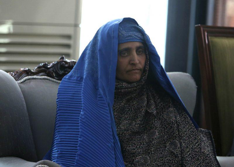 Kabul, 2016. november 9. A National Geographic-címlapfotójával világhírûvé vált afgán Sarbat Gula, miután megérkezett a kabuli elnöki palotába 2016. november 9-én, hazatoloncolása után. Gulát két hete tartóztatták le azzal a váddal Pakisztánban, hogy hamis dokumentumok segítségével jutott személyigazolványhoz, és illegálisan tartózkodik az ország területén. A nõ tagadta a vádakat. Gula 1984-ben, 12 évesen tett szert globális hírnévre, amikor Steve McCurry lefotózta õt a Nasir Bagh menekülttáborban. (MTI/AP/Rahmat Gul)