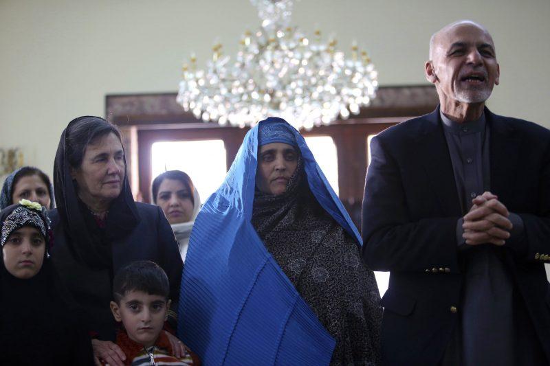 Kabul, 2016. november 9. Asraf Gáni afgán elnök (j) fogadja a National Geographic-címlapfotójával világhírûvé vált afgán Sarbat Gulát (k) és családját a kabuli elnöki palotában 2016. november 9-én, Gula hazatoloncolása után. Gulát két hete tartóztatták le azzal a váddal Pakisztánban, hogy hamis dokumentumok segítségével jutott személyigazolványhoz, és illegálisan tartózkodik az ország területén. A nõ tagadta a vádakat. Gula 1984-ben, 12 évesen tett szert globális hírnévre, amikor Steve McCurry lefotózta õt a Nasir Bagh menekülttáborban. (MTI/AP/Rahmat Gul)