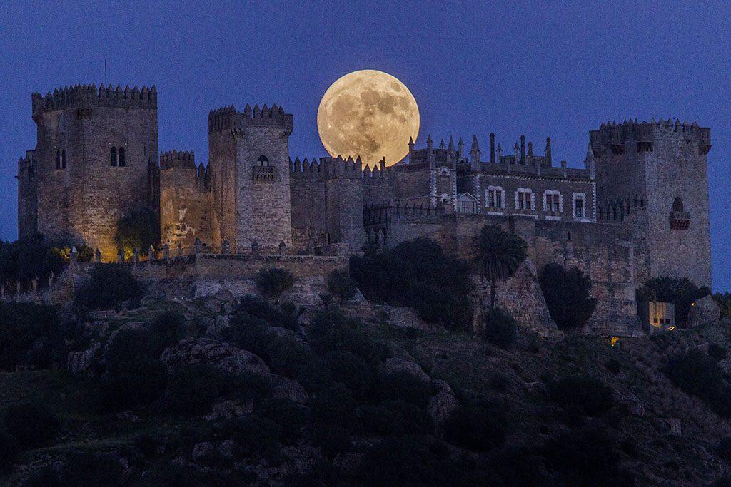 Córdoba, 2016. november 14.Telihold ragyog a córdobai Almodovar-kastély felett 2016. november 13-án. Legutóbb 70 éve volt és legközelebb 2034. november 25-én lesz újra ennyire közel a Hold a Földhöz, mint 2016. november 14-én este.  (MTI/AP/Miguel Morenatti)