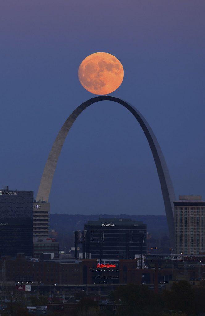 St. Louis, 2016. november 14.Telihold ragyog a St. Louis-i Diadalív felett 2016. november 13-án. Legutóbb 70 éve volt és legközelebb 2034. november 25-én lesz újra ennyire közel a Hold a Földhöz, mint 2016. november 14-én este.  (MTI/AP/St. Louis Post-Dispatch/David Carson)