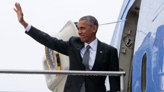 Berlin, 2016. november 18. Barack Obama amerikai elnök búcsúzik az elnöki különgép lépcsõjén a berlini Tegel Nemzetközi Repülõtéren 2016. november 18-án, a háromnapos németországi látogatása végén. (MTI/AP/Pablo Martinez Monsivais)