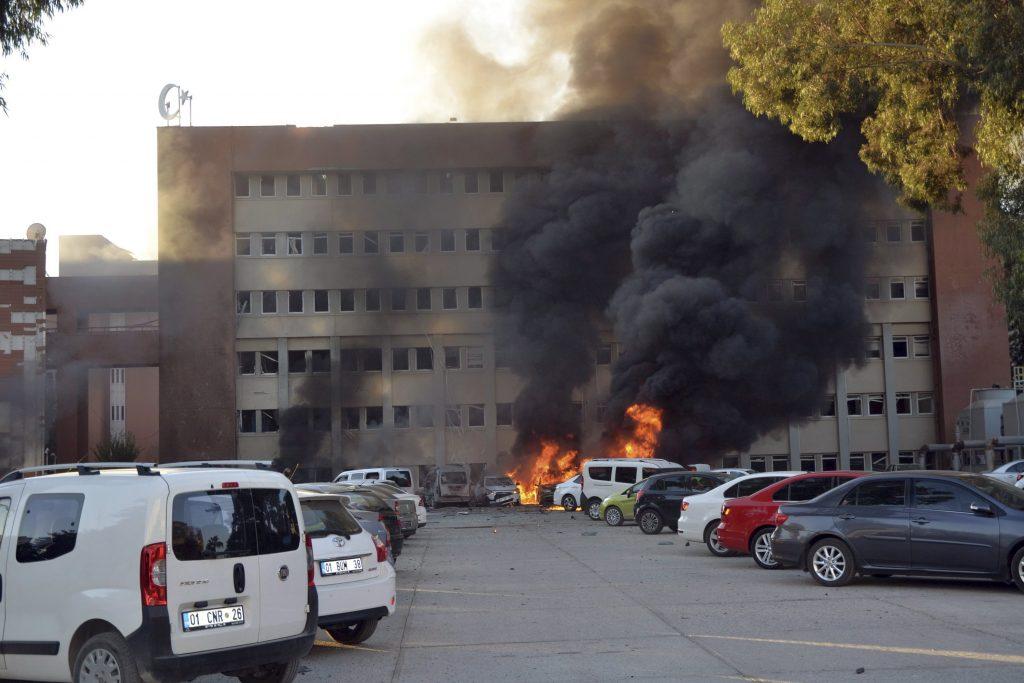 Adana, 2016. november 24. Autók lángolnak Adanában 2016. november 24-én, miután robbanás történt a dél-törökországi város kormányzati épületének parkolójában. Két ember életét vesztette, huszonegy megsebesült a detonációban, amelyet az adanai kormányzó szerint egy öngyilkos merénylõ követett el. (MTI/AP/IHA)