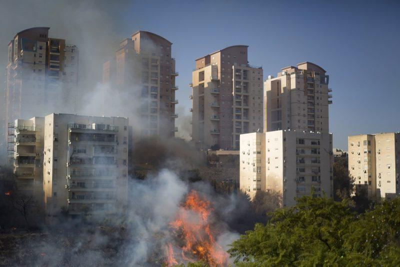 Haifa, 2016. november 24. Bozóttûz lángjai haifai lakóházak közelében 2016. november 24-én, amikor harmadik napja pusztítanak bozóttüzek Izraelben. Az izraeli rendõrség szerint nem kizárt a gyújtogatás, ennek gyanújával négy palesztint õrizetbe vettek. (MTI/AP/Ariel Schalit)
