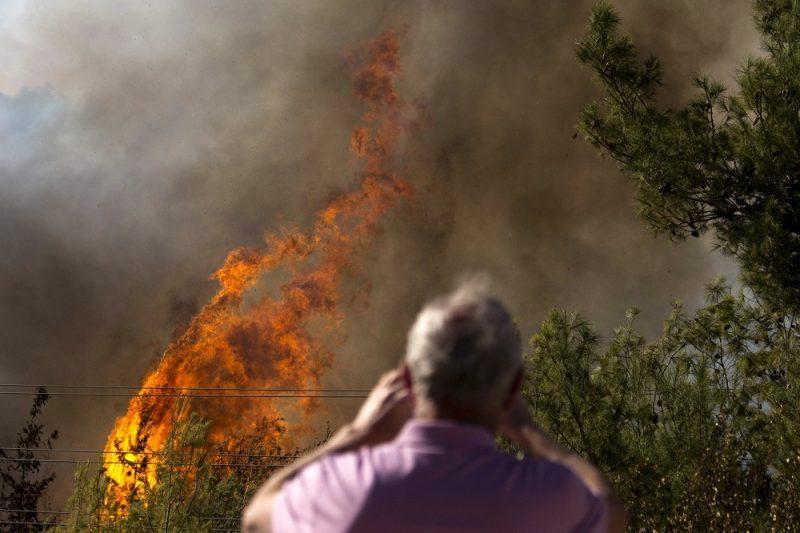 Haifa, 2016. november 24. Bozóttûz lángjait nézi egy férfi Haifában 2016. november 24-én, amikor harmadik napja pusztítanak bozóttüzek Izraelben. Az izraeli rendõrség szerint nem kizárt a gyújtogatás, ennek gyanújával négy palesztint õrizetbe vettek. (MTI/AP/Ariel Schalit)