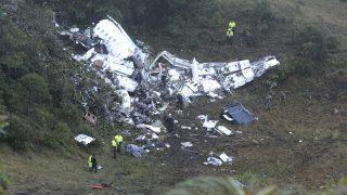 La Union 2016. november 29. Rendõrök a Lamia bolíviai légitársaságnak a kolumbiai La Unionban lezuhant repülõgépének roncsánál 2016. november 29-én. A gép fedélzeten lévõ 72 utas és 9 fõs személyzet közül öten élték túl a balesetet. A repülõn utaztak a brazil Chapecoense futballcsapat játékosai, akik a Copa Sudamericana regionális bajnokságon vettek volna részt, és a Medellín csapatával, az Atlético Nacionallal játszották volna a döntõt. (MTI/AP/Luis Benavides)