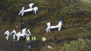 La Union 2016. november 29. Az áldozatok holttestét viszik mentõcsapatok tagjai a Lamia bolíviai légitársaságnak a kolumbiai La Unionban lezuhant repülõgépének roncsánál 2016. november 29-én. A gép fedélzeten lévõ 72 utas és 9 fõs személyzet közül öten élték túl a balesetet. A repülõn utaztak a brazil Chapecoense futballcsapat játékosai, akik a Copa Sudamericana regionális bajnokságon vettek volna részt, és a Medellín csapatával, az Atlético Nacionallal játszották volna a döntõt. (MTI/AP/Luis Benavides)