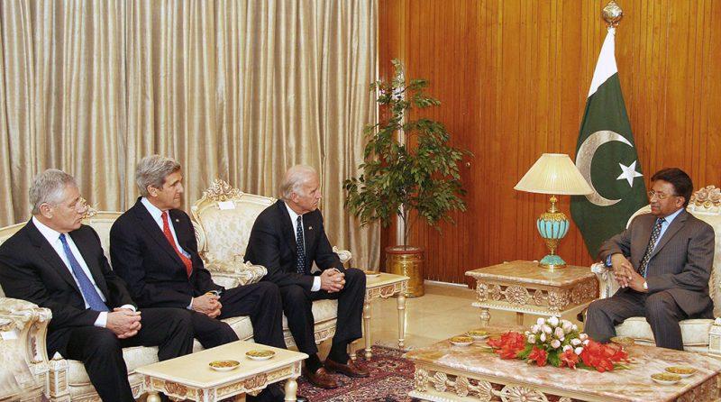 Iszlámábád, 2008. február 19.Pervez MUSARRAF pakisztáni elnök (j) megbeszélést tart Chuck HEGEL, John KERRY és Joseph BIDEN amerikai szenátorokkal (b-j) Iszlámábádban 2008. február 19-én. A Musarraf elnököt támogató kormányzó párt - az iszlamista szélsőségesek elleni harcban Washington legfőbb szövetségese a térségben - elismerte vereségét, miután az előzetes, nem hivatalos eredmények szerint a néhai Benazir Bhutto pártja, a Pakisztáni Néppárt (PPP) elsöprő győzelmet aratott a parlamenti választásokon. (MTI/EPA)