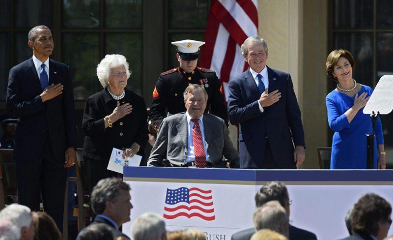 Dallas, 2013. április 25.Barack Obama jelenlegi amerikai elnök (b), Barbara Bush (b2), idősebb George H. W. Bush korábbi amerikai elnök (k) felesége, fiuk George W. Bush volt amerikai elnök (j2) és felesége, Laura Bush (j) a George W. Bush elnöki könyvtár felavatásán a Texas állambeli Dallasban 2013. április 25-én.  (MTI/EPA/Larry W. Smith)