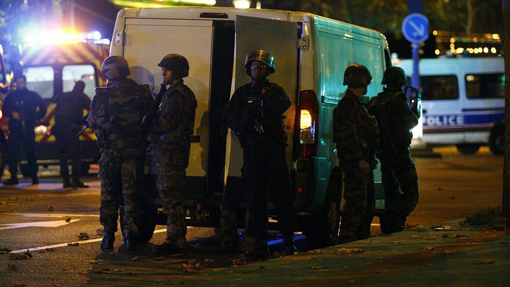 Párizs, 2015. november 13.Rendőrök a párizsi Bataclan koncertterem közelében, miután az épületben mintegy száz embert ejtettek túszul a késő este kezdődött párizsi fegyveres támadások során 2015. november 13-án. A francia fővárosban elkövetett terrorcselekmények éjfélig legalább 60 halálos áldozatot követeltek. Francois Hollande francia elnök egész Franciaország területére rendkívüli állapotot hirdetett és bejelentette a határok lezárását. (MTI/EPA/Yoan Valat)