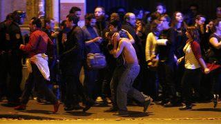 Párizs, 2015. november 14.Sebesült férfi a kimenekített emberek között a párizsi Bataclan koncertterem közelében, miután az épületben mintegy száz embert túszul ejtettek 2015. november 13-án. A francia fővárosban késő este összehangoltan több merényletet követtek el. A támadásoknak legalább 120 halálos áldozata van. Nyolc terrorista halt meg, közülük heten felrobbantották magukat. (MTI/EPA/Yoan Valat)