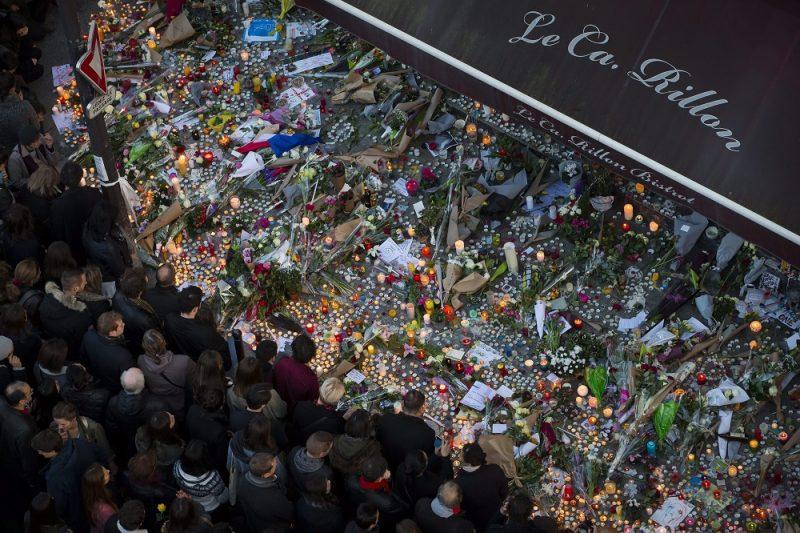 Párizs, 2015. november 16. Gyászoló tömeg áll a Párizsban két nappal korábban végrehajtott terrorcselekmények áldozatainak emlékére elhelyezett virágokcsokrok és gyertyák elõtt a merényletek egyik helyszínén, a Le Carillon étterem elõtt 2015. november 15-én. (MTI/EPA/Ian Langsdon)