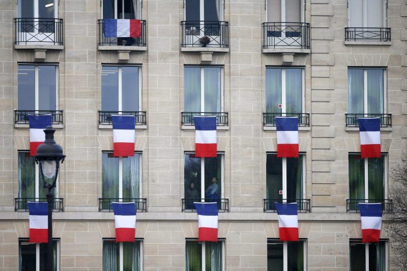 Párizs, 2015. november 27. Francia zászlók lógnak egy lakóépület ablakaiból Párizsban 2015. november 27-én, amikor a november 13-i párizsi merényletek áldozatainak tiszteletére nemzeti megemlékezést tartananak Franciaországban. (MTI/EPA/Ian Langsdon)