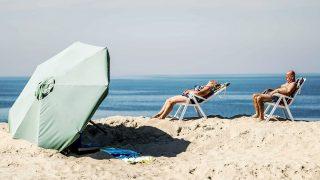 Brouwersdam, 2016. augusztus 26. Strandolók a hollandiai Brouwersdam tengerpartján 2016. augusztus 26-án. (MTI/EPA/Remko De Waal)