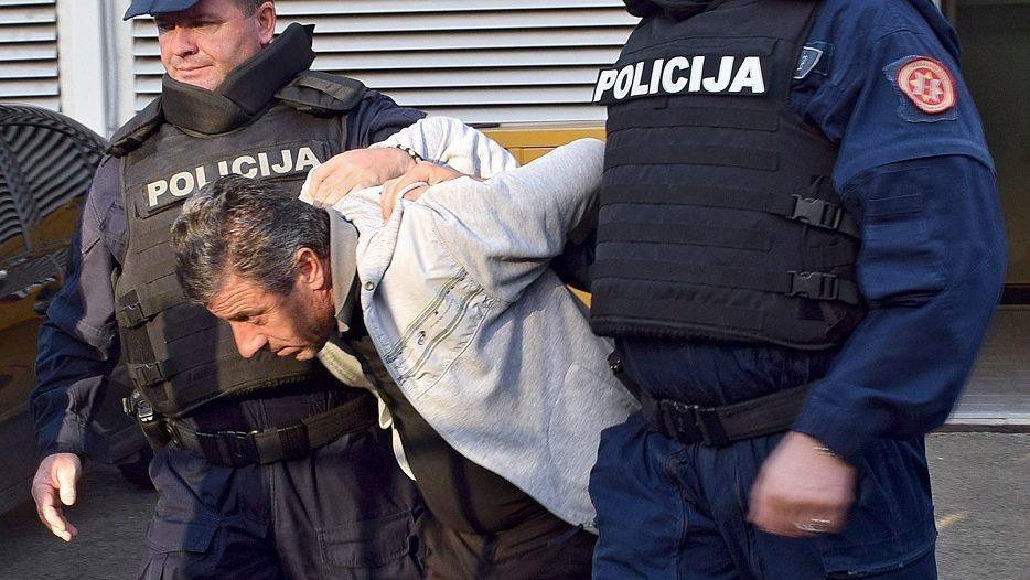 Podgorica, 2016. október 16. Montenegrói rendõrök letartóztatnak egy férfit a montenegrói parlamenti választásokon Podgoricában 2016. október 16-án. A montenegrói rendõrség ezen a napon húsz szerb férfit vett õrizetbe, akik azért léptek be az országba, hogy a választások estéjén fegyverrel támadjanak állami intézményekre, rendõrökre, tisztségviselõkre, és nem kizárható, hogy magas rangú állami vezetõkre. (MTI/EPA/Boris Pejovic)