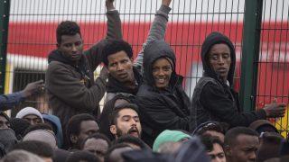 Calais, 2016. október 24. Etióp migránsok tiltakoznak áttelepítésük ellen a nyugat-franciaországi Calais-ban 2016. október 24-én, miután a francia hatóságok megkezdték a Dzsungelnek nevezett migránstábor felszámolását. (MTI/EPA/Etienne Laurent)