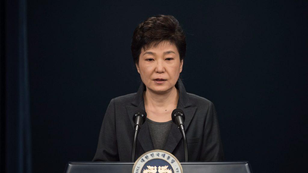 Szöul, 2016. november 4. Pak Gun Hje dél-koreai elnök sajtótájékoztatót tart a szöuli elnöki rezidencián 2016. november 4-én, ahol bejelentette, hogy kész együttmûködni a bizalmasa elleni vizsgálatban. Az államfõ közeli barátját, Csoj Szun Szilt azzal vádolják, hogy beleszólása volt kormányügyekbe, anélkül, hogy köztisztséget viselt volna. Ez lenne az elsõ alkalom a kelet-ázsiai országban, hogy egy hivatalban lévõ államfõvel szemben vizsgálat indul. (MTI/EPA pool/Ed Jones)