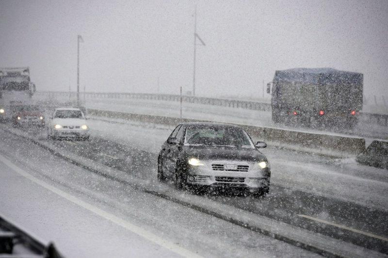 Reinosa, 2016. november 7. Jármûvek közlekednek a hóesésben az A-67-es autópályán az észak-spanyolországi Cantabria tartománybeli Reinosánál 2016. november 7-én. (MTI/EPA/Pedro Puente Hoyos)