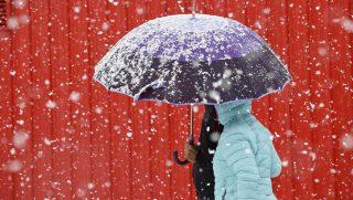 Reinosa, 2016. november 7. Esernyõ alatt sétál egy pár a hóesésben az észak-spanyolországi Cantabria tartománybeli Reinosában 2016. november 7-én. (MTI/EPA/Pedro Puente Hoyos)