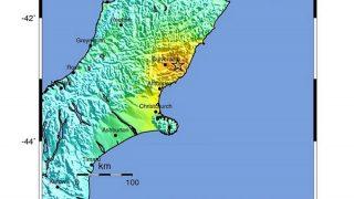 Christchurch, 2016. november 13. Az Amerikai Földtani Megfigyelõ Szolgálat (USGS) által 2016. november 13-án közreadott térkép Új-Zéland földrengés sújtotta partvidékérõl. A Richter-skála szerinti 7,4-es erõsségû földmozgás epicentrumát, amely Christchurch várostól 91 kilométerre észak-északkeletre, fészke pedig a föld felszíne alatt 10 kilométerre volt, csillaggal, térségét sárga színnel jelölték.  (MTI/EPA/USGS)