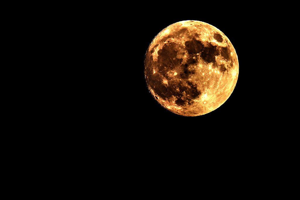 Szkopje, 2016. november 13.Telihold a macedón fővárosban, Szkopjében 2016. november 13-án. Legutóbb 70 éve volt és legközelebb 2034. november 25-én lesz újra ennyire közel a Hold a Földhöz, mint az 2016. november 14-én este várható. (MTI/EPA/Georgi Licovszki)