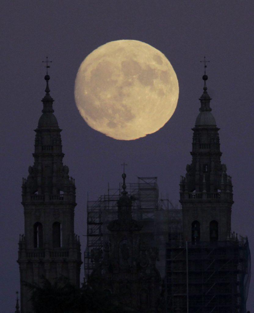 Santiago, 2016. november 13.Telihold ragyog a santiagói székesegyház felett Spanyolország Galicia régiójában 2016. november 13-án. Legutóbb 70 éve volt és legközelebb 2034. november 25-én lesz újra ennyire közel a Hold a Földhöz, mint az 2016. november 14-én este várható.  (MTI/EPA/Lavandeira Jr.)