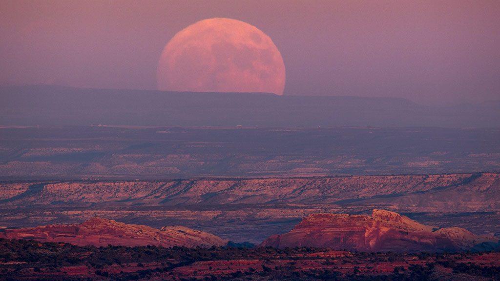 Mexican Hat, 2016. november 14.Telihold a horizonton a Utah állambeli Mexican Hat közelében 2016. november 13-án. Legutóbb 70 éve volt és legközelebb 2034. november 25-én lesz újra ennyire közel a Hold a Földhöz, mint az 2016. november 14-én este várható. (MTI/EPA/Jim Lo Scalzo)