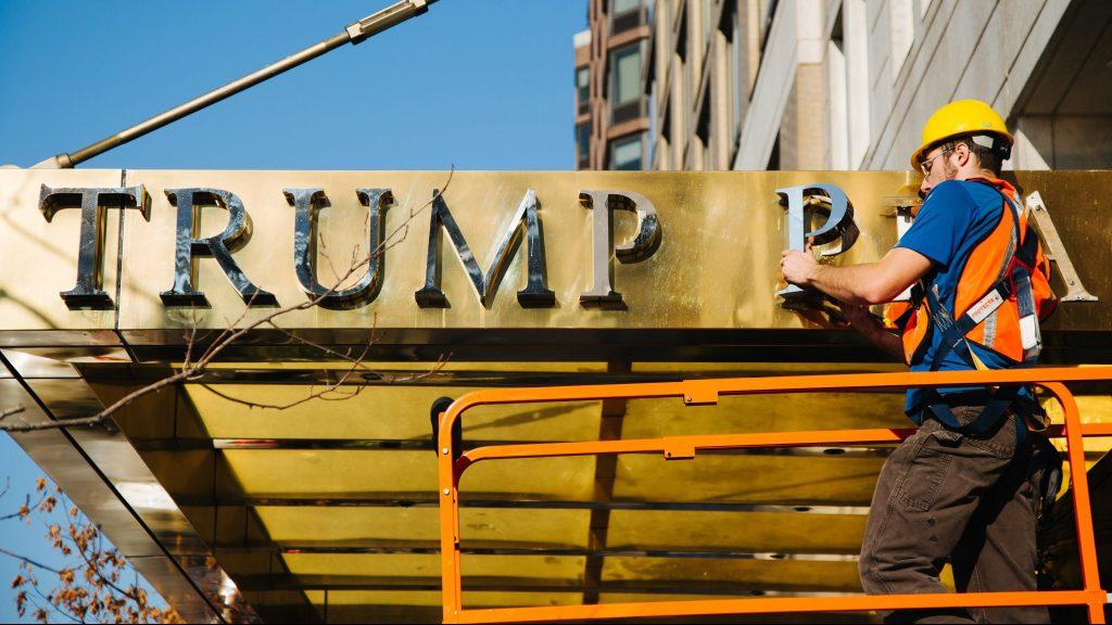 New York, 2016. november 17. Egy munkás leszereli a Donald Trump megválasztott amerikai elnök nevét viselõ épületek egyikérõl, a Trump Place toronyházról annak fém betûkbõl álló nevét New York Manhattan városrészében 2016. november 16-án, miután az épület lakói petícióban követelték a név eltávolítását. Az épületet valószínûleg arról az utcáról nevezik majd el, amelyikben áll. Donald Trump az Egyesült Államok egyik legjelentõsebb ingatlanfejlesztõje. (MTI/EPA/Alba Vigaray)