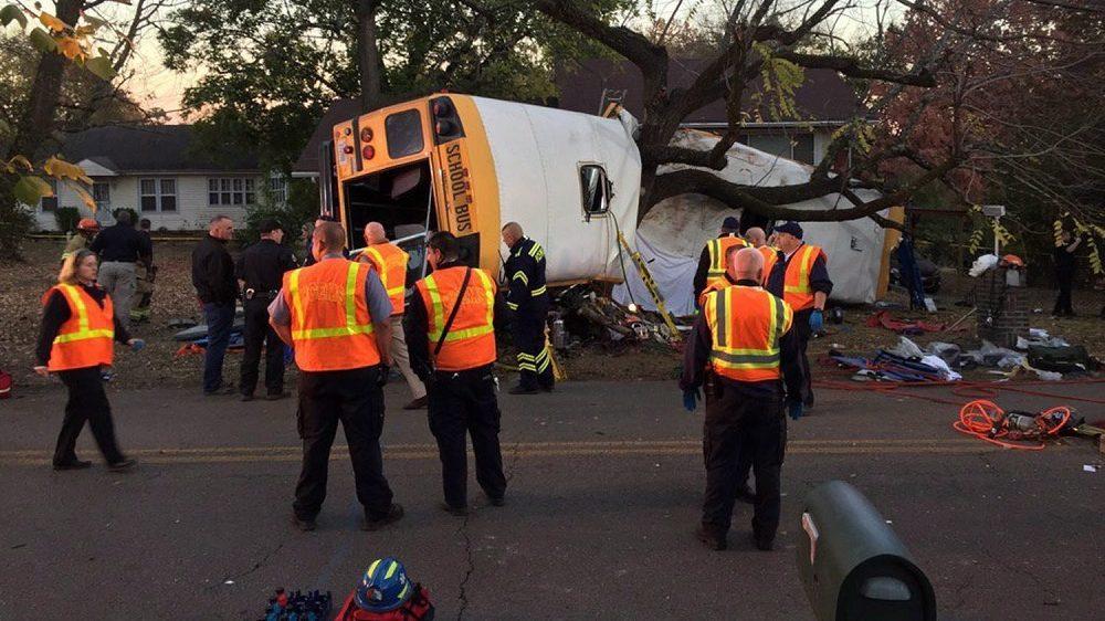 Chattanooga, 2016. november 22. A chattanoogai tûzoltóság által közreadott képen mentõk dolgoznak Chattanoogában 2016. november 21-én, miután egy általános iskolás tanulókat szállító iskolabusz felborult és fának csapódott a Tennessee állambeli városban. Hat gyermek életét vesztette, huszonhármat kórházba szállítottak. (MTI/EPA/Chattanoogai tûzoltóság/Bruce Garner)