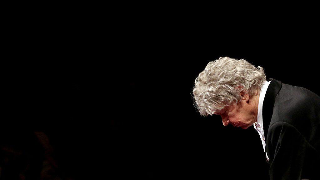 Miskolc, 2016. június 19.Kocsis Zoltán karmester meghajol a Bartók Plusz Operafesztivál záróhangversenyén, amelyen a Nemzeti Filharmonikus Zenekar műsorát hallhatta a közönség a Miskolci Nemzeti Színházban 2016. június 19-én.MTI Fotó: Vajda János