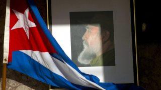 Havanna, 2016. november 26. Fidel Castro egykori kubai elnök képe és egy kubai zászló a havannai külügyminisztériumban 2016. november 26-án, miután az elõzõ nap, 89 éves korában elhunyt Castro, a kubai kommunista forradalom vezetõje. (MTI/AP/Ramon Espinosa)