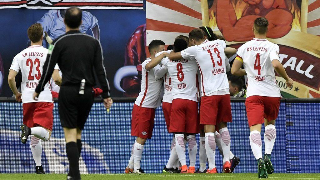 Leipzig's players celebrate after Leipzig's forward Timo Werner's goal during the German first division Bundesliga football match between RB Leipzig and Mainz 05 in Leipzig, on November 6, 2016.  / AFP PHOTO / John MACDOUGALL / RESTRICTIONS: DURING MATCH TIME: DFL RULES TO LIMIT THE ONLINE USAGE TO 15 PICTURES PER MATCH AND FORBID IMAGE SEQUENCES TO SIMULATE VIDEO. == RESTRICTED TO EDITORIAL USE == FOR FURTHER QUERIES PLEASE CONTACT DFL DIRECTLY AT + 49 69 650050