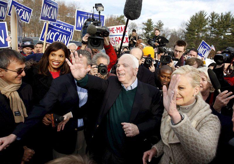 Nashua, 2008. január 8.A Republikánus Párt elnökjelöltségére pályázó John McCAIN arizonai szenátor és neje, Cindy támogatóinak integet a New Hampshire állambeli Nashuában 2008. január 8-án, a republikánus és demokrata elnökjelöltek kiválasztását célzó New Hampshire-i előválasztás napján. (MTI/EPA/MATT CAMPBELL)