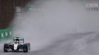 Sao Paulo, 2016. november 13.  Lewis Hamilton, a Mercedes brit versenyzõje a Forma-1-es autós gyorsasági világbajnokság Brazil Nagydíján a Sao Pauló-i Interlagos pályán 2016. november 13-án. (MTI/EPA/Fernando Bizerra Jr.)