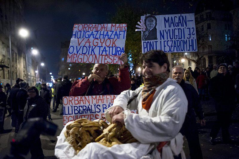 Budapest, 2014. november 25.A magánnyugdíjpénztárak védelmében rendezett tüntetés résztvevői Budapesten, a József nádor téren 2014. november 25-én.MTI Fotó: Marjai János